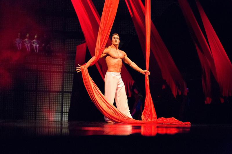 la-nouba-act-aerial-ballet-silk
